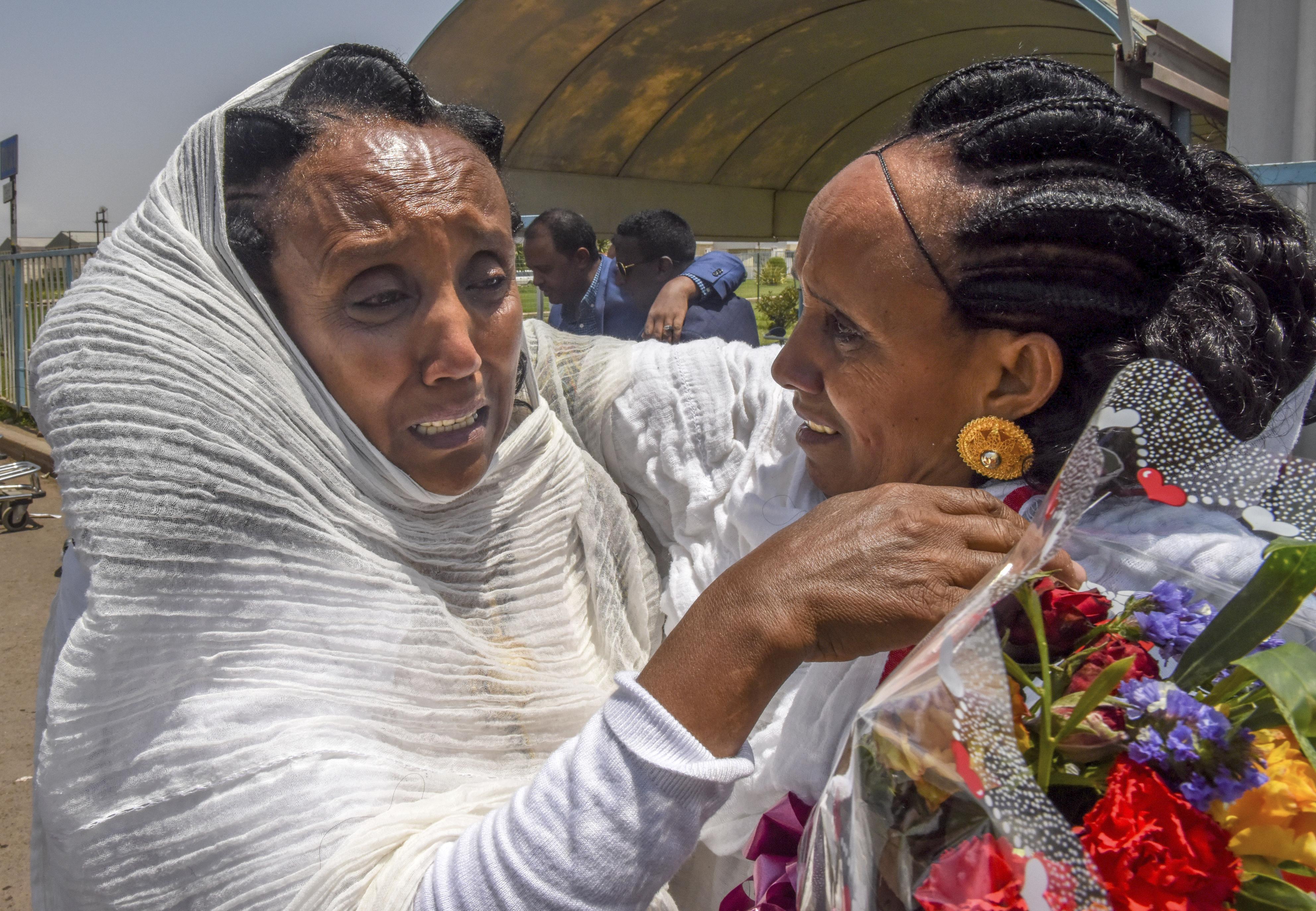 空港の外で20年ぶりに再会した姉妹。何十秒も抱擁した後、「会えてうれしい」と声を振り絞った=9月、エリトリア・アスマラ(共同)