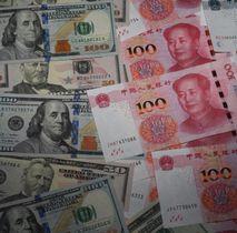 米ドルと中国の人民元紙幣(共同)