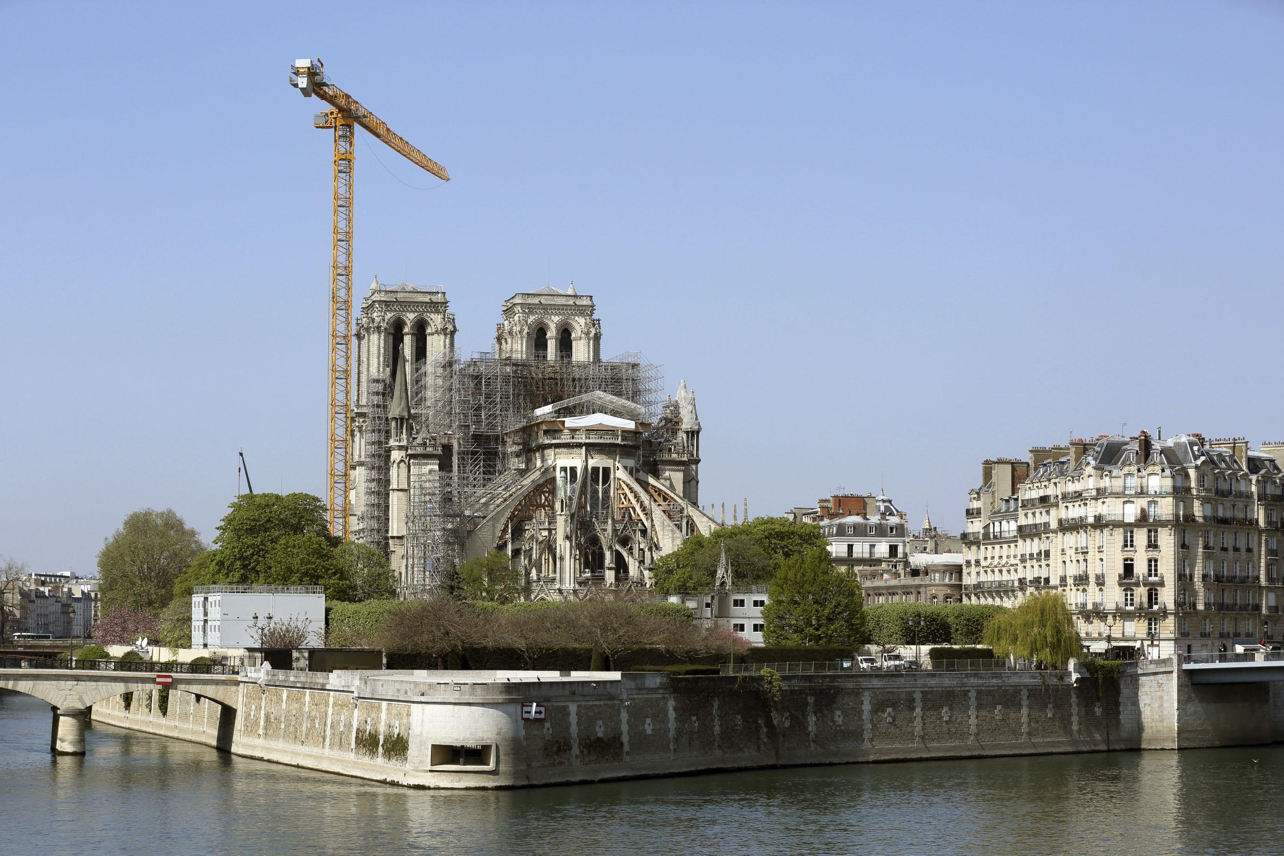ノートルダム大聖堂とセーヌ川=9日、パリ(共同)