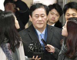 ソウル中央地裁に出頭し、報道陣に囲まれる崔ギョン煥国会議員=3日(共同)