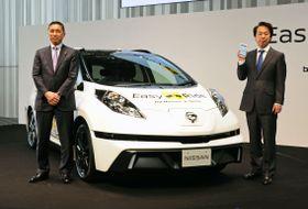 実験で使う自動運転車両。左は日産自動車の西川広人社長、右はDeNAの守安功社長=23日午後、横浜市
