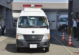 送検のため、遠藤翼容疑者を乗せて石川県警白山署を出る車=17日午前10時16分