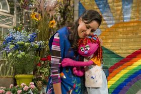 7歳の少女でホームレスという設定のキャラクター「リリー」(右)(RICHARD・TERMINE/セサミ・ワークショップ、共同)