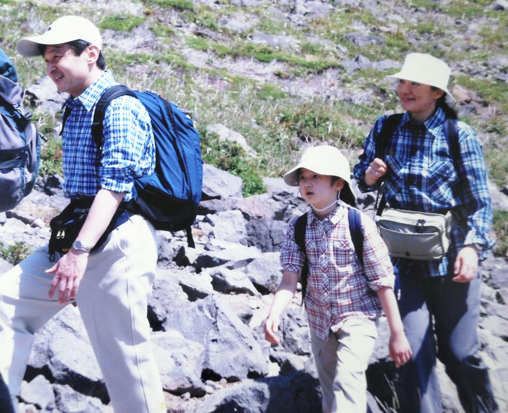 那須連山の山道を散策される天皇ご一家=2009年8月(那須山岳救助隊元隊長大高登さん提供)