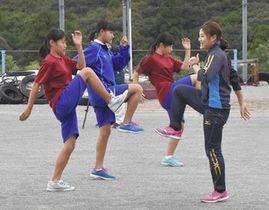 生徒らを指導する世古選手(右)=伊勢市中村町の五十鈴中で