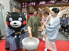 熊本地震からの復興を願い、くまモンと餅をつく石川さゆりさん=22日午後、福岡市博多区