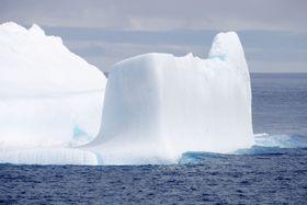 南極観測船「しらせ」から確認された氷山=7日、南極海(共同)