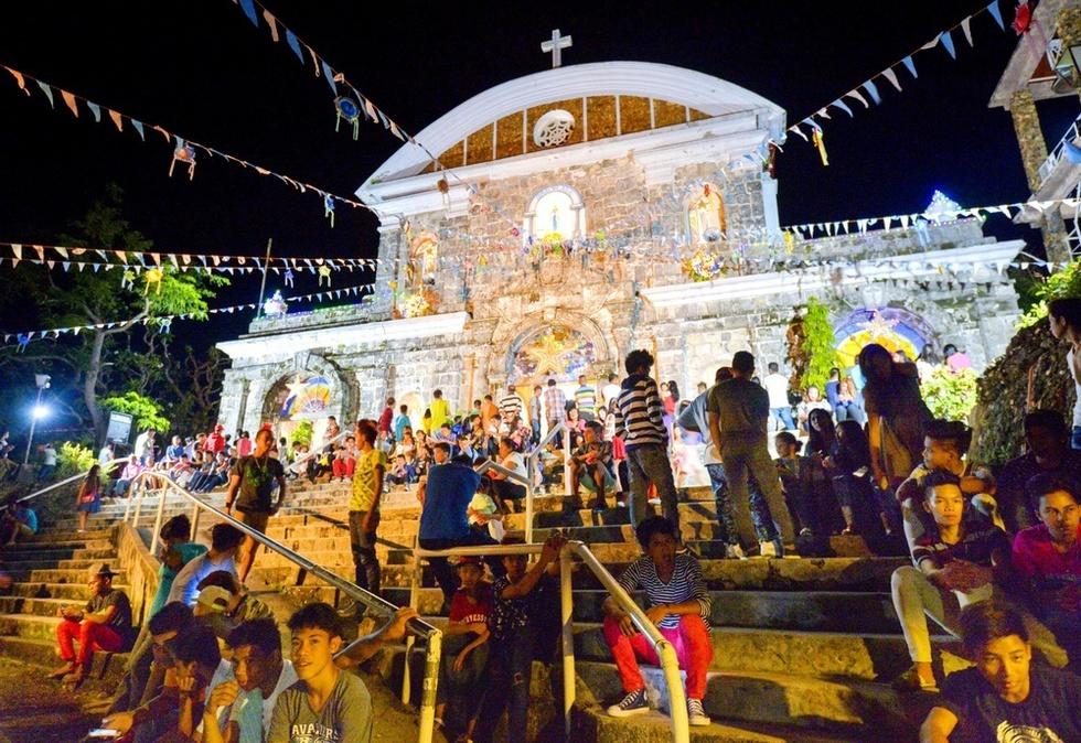 クリスマスの深夜ミサに集まったクリオン島の人たち。キリスト教徒が人口の8割以上を占めるフィリピンでは、クリスマスは特別な一日だ(撮影・村山幸親、共同)