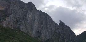 ブラッド・ゴブライトさんが事故に遭ったメキシコの岩山(ヌエボレオン州当局提供、AP=共同)