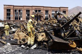 米ロサンゼルスのユニバーサル・スタジオ・ハリウッドで起きた火災で検分する消防隊員ら=2008年6月(AP=共同)