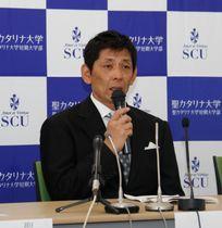 聖カタリナ大が4月に硬式野球部を創部すると発表した会見で、監督に就く意気込みを語る沖泰司氏=12日、松山市永代町