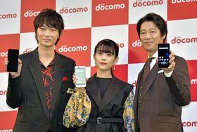 NTTドコモの新商品をPRする(左から)綾野剛さん、高畑充希さん、堤真一さん=16日午後、東京都中央区