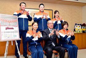 アランマーレの選手らが山本信治天童市長を訪問し、天童大会での勝利を誓った=天童市役所