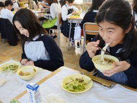 給食向けに考案された年明けうどんを食べる児童=高松市松並町、鶴尾小
