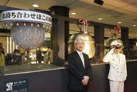 お披露目された歴代の「銀の鈴」。手前左から初代、2代目、3代目。現在の4代目は、初代の右奥=28日午前、JR東京駅