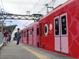 特別運行で連結された南海電鉄の観光列車「なな」(右)=23日、和歌山市