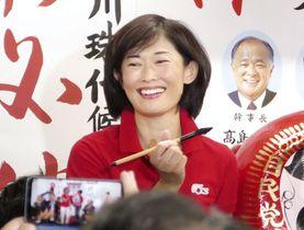 東京選挙区で当選が決まり、笑顔を見せる自民党の丸川珠代氏=21日夜、東京都港区