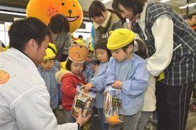 ミカンをもらう園児たち=静岡市役所清水庁舎