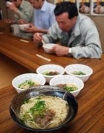 試食会で「愛しテールラーメン」を味わう飲食店関係者ら