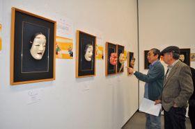 【能や狂言の面が並ぶ会場=津市大谷町の県立美術館県民ギャラリーで】