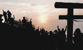 太陽が姿を見せ万歳する登山者たち=日光市の男体山で