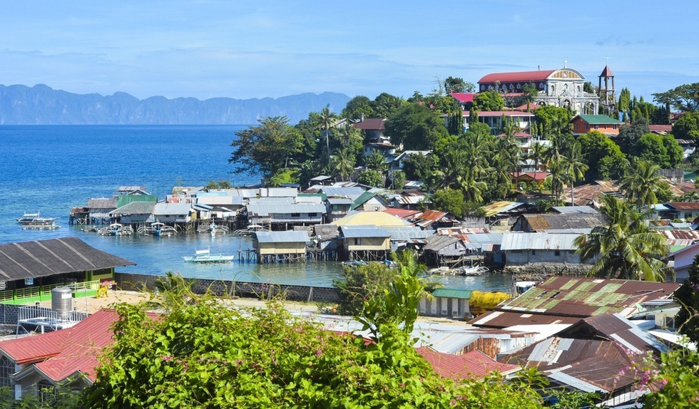 青く透き通る海に囲まれた緑豊かなクリオン島。かつての強制隔離島は、「秘境の海」を求めるダイバーらも訪れる島になった(撮影・村山幸親、共同)