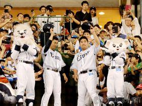 埼玉西武―ソフトバンク 試合終了後、ビクトリーロードでファンにあいさつする埼玉西武の栗山(左)と中村=17日午後、所沢市のメットライフドーム