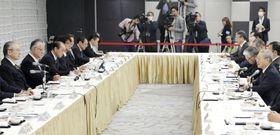 会談する連合の神津里季生会長(左端)と経団連の中西宏明会長(右端)=28日午前、東京・大手町の経団連会館