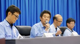 H2Bロケット8号機について記者会見する三菱重工業の担当者ら=23日午後、鹿児島県の種子島宇宙センター