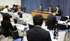 前川氏の授業報告問題で、議員の意見を受け修正した質問内容に関し記者会見する文科省の職員=20日夜、文科省