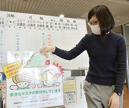 市民の声を受け、1階ロビーに設置された「つなごうマスクPOST」。寄せられたマスクは福祉施設などで活用される=南陽市役所