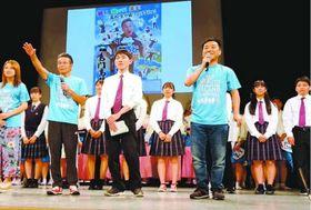 会見で大会をPRする間さん(前列左から2人目)ら=大阪市内