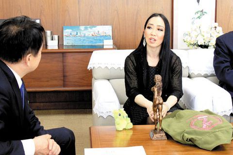 乳がん乗り越えボディフィットネス世界一に 日本人女性で初 浦和駒場体育館員の女性、さいたま市長に報告