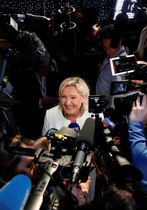 26日、フランス・パリでメディアに応じる国民連合のマリーヌ・ルペン党首(ロイター=共同)