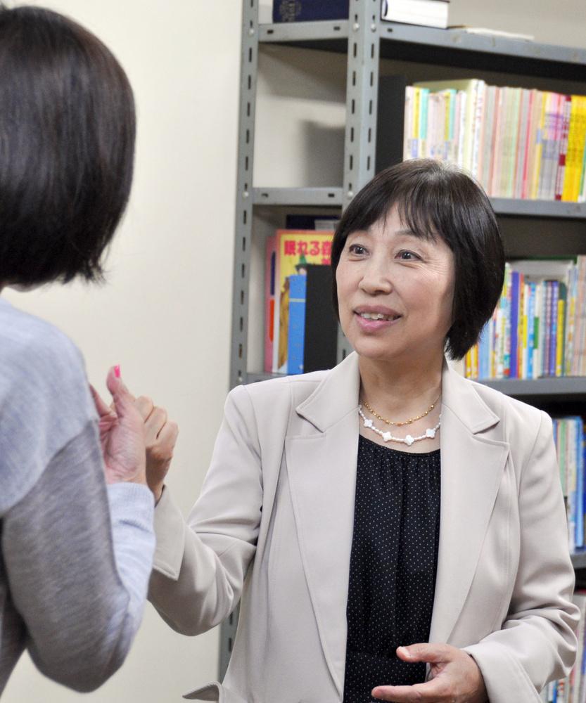 学習支援の先生と話す長汐道枝さん=東京都府中市の教会