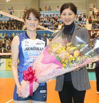田中祥子さん(右)から通算出場セットの新記録を祝福され、記念撮影に応じる山口舞
