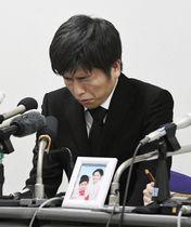 池袋の暴走事故で亡くなった妻の松永真菜さんと長女莉子ちゃんの遺影を前に記者会見する夫で父親の男性=24日午後、東京都千代田区