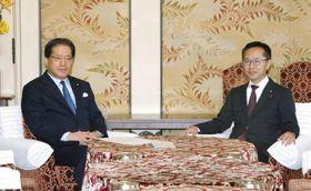 会談に臨む民進党の増子幹事長(左)と希望の党の古川幹事長=18日午前、国会