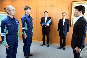 出発式で伊原木知事(右)から激励を受ける派遣職員