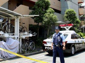 男性の遺体が見つかったマンション=25日正午ごろ、東京都江戸川区