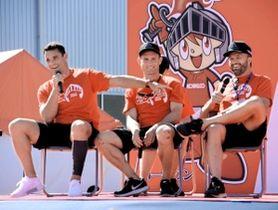 トークショーで談笑する(左から)カーター、エリス、アシュリークーパーの各選手=神戸市東灘区御影浜町