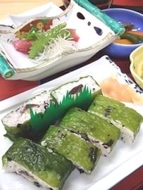 ひとはめ寿司に刺し身や煮物を加えた「ひとはめ定食」