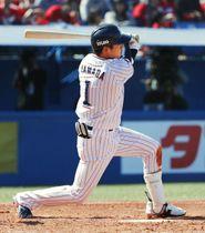 3回、左翼線に適時二塁打を放つヤクルト・山田哲=神宮