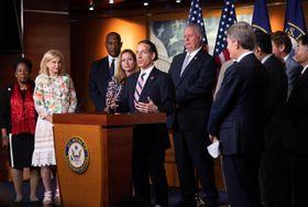トランプ米大統領の非難決議について記者会見する民主党議員ら=16日、ワシントン(UPI=共同)