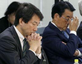 両院議員総会に臨む民進党の大塚代表(左)と岡田氏=17日午前、東京・永田町の党本部