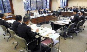 差別を禁止する条例案を全会一致で可決した東京都国立市議会の総務文教委員会=12日午後