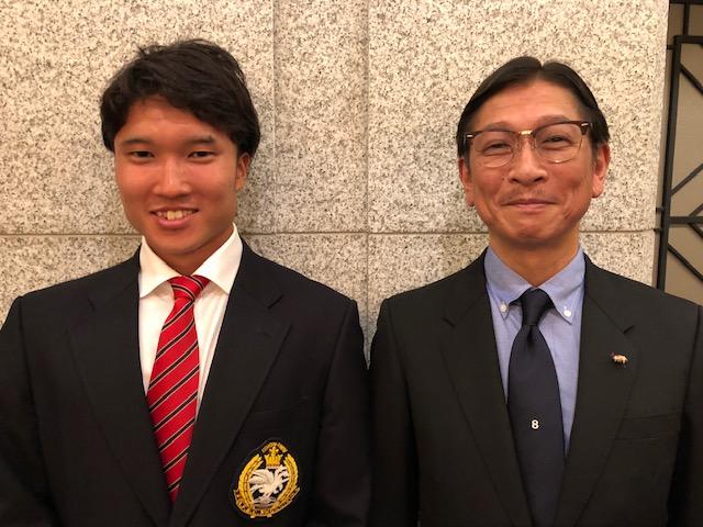昨年3月の祝勝会に日大の新主将として出席した徳島秀将さん(左)と父親の秀樹さん