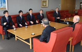 J1昇格に挑む今季への意気込みを語る長沢徹監督(左端)ら=山陽新聞社
