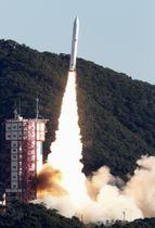 7基の衛星を搭載し、打ち上げられる小型ロケット「イプシロン」4号機=18日午前9時50分、鹿児島県肝付町の内之浦宇宙空間観測所