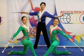 バトントワリングの世界大会に出場して好成績を残した仲沢(右)平久井(左)斎藤=フランス・リモージュ